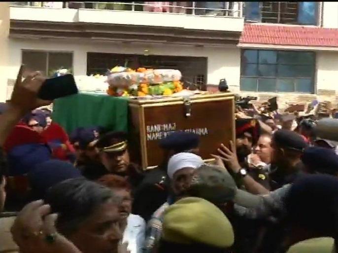Mortal remains of Army Major Ketan Sharma reach his residence in Meerut. He lost his life in Anantnag encounter yesterday. | मुठभेड़ में शहीद हुए मेजर केतन शर्मा का पार्थिव शरीर मेरठ पहुंचा, एक झलक पाने को उमड़ी भारी भीड़