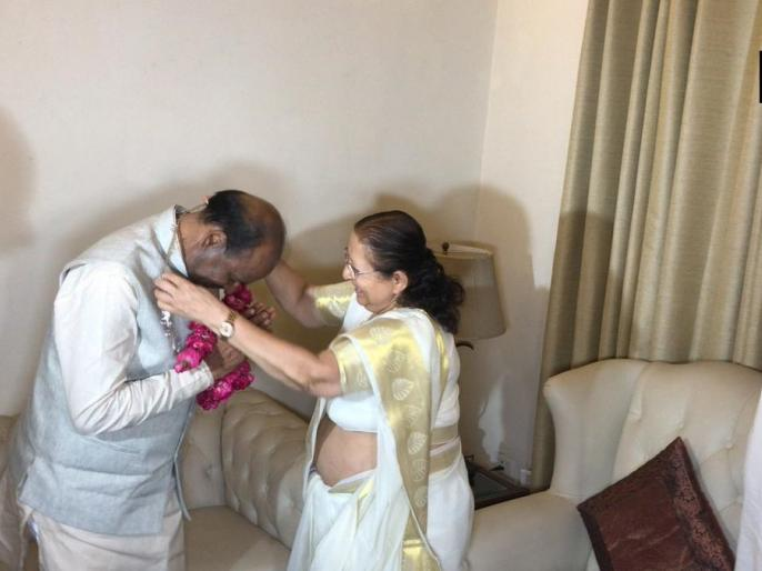 UPA Chairperson Sonia Gandhi, DMK leader Kanimozhi, CPI leader D Raja and National Conference leader Farooq Abdullah arrive at the Parliament. | संप्रगलोकसभा अध्यक्ष के चुनाव में ओम बिरला का समर्थन करेगा, एक राष्ट्र, एक चुनाव पर अभी निर्णय नहीं