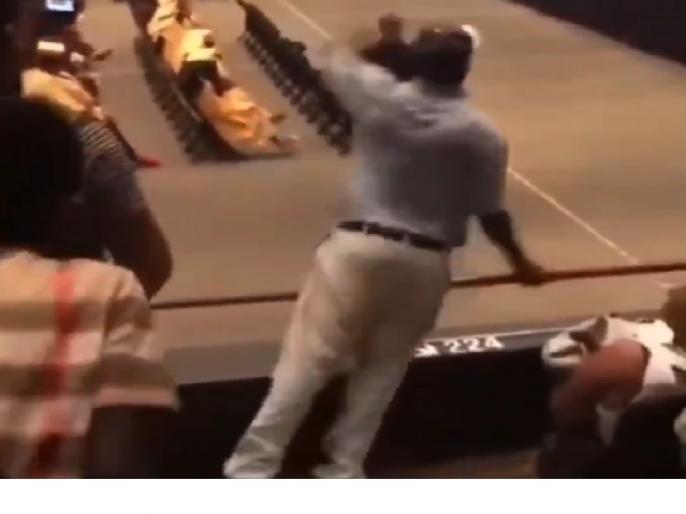 shocking video viral on twitter son was graduating and father was dancing   बेटे को ग्रेजुएट होता देख नाचने लगे 'पापा', जानिए क्यों 25 लाख लोग देख चुके हैं यह वीडियो