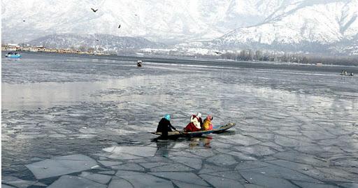 Dal Lake Freezes Srinagar Records Coldest Night Since 1991warning to play cricket and put walkers jailSDRF | ठंड के कारण जम चुकी डल झील परक्रिकेट खेलने और टहलने वालों को जेल में डालने की चेतावनी,एसडीआरएफ कर्मी तैनात