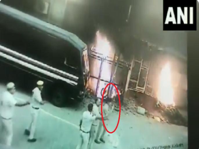 delhi police vs Lawyers cctv footage shows dcp monika bhardwaj being chased during clash   क्या दिल्ली में वकीलों ने महिला IPS के साथ की बदसलूकी, हाथ जोड़तीं महिला अफसर का वीडियो वायरल
