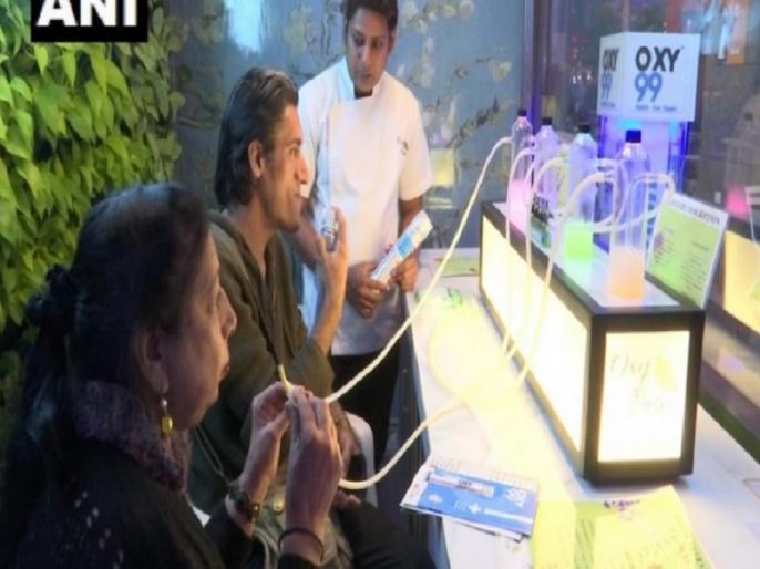 Delhi saket oxygen Bar opens to provides fresh oxygenated air at different rates   दिल्ली में प्रदूषण के बीच खुल गया 'ऑक्सीजन बार', इतने पैसे देकर सात फ्लेवर्स में ले सकते हैं साफ हवा