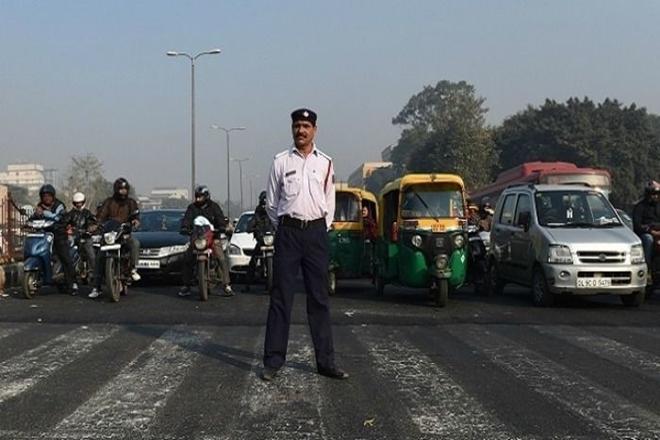 Challan for Delhi Police constable to run car without insurance and PUC, CAR glass also black | यातायात सिग्नल के पास CAR खड़ी की,शीशे भी काले,दिल्ली पुलिस के कांस्टेबल का बिना बीमा और पीयूसी के कार चलाने पर चालान