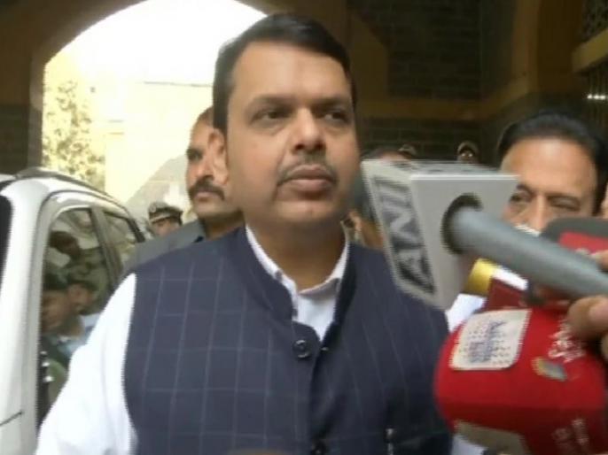 Maharashtra: CM Fadnavis met the troubled account holders of PMC | महाराष्ट्रः पीएमसी के परेशान खाताधारकों से मिले सीएम फडनवीस, कहा- पीएम मोदी के सामने उठाएंगे ये मुद्दा