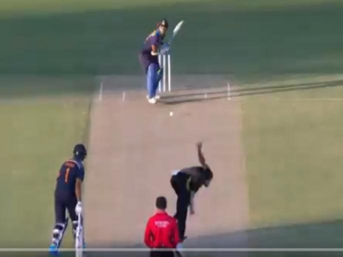 IND vs AUS 1st T20 shikhar dhawan bold by Starc stumps exposed | VIDEO: मिचेल स्टार्क की खतरनाक गेंद पर क्लीन बोल्ड होकर हैरान रह गए शिखर धवन, बिखर गई स्टंप