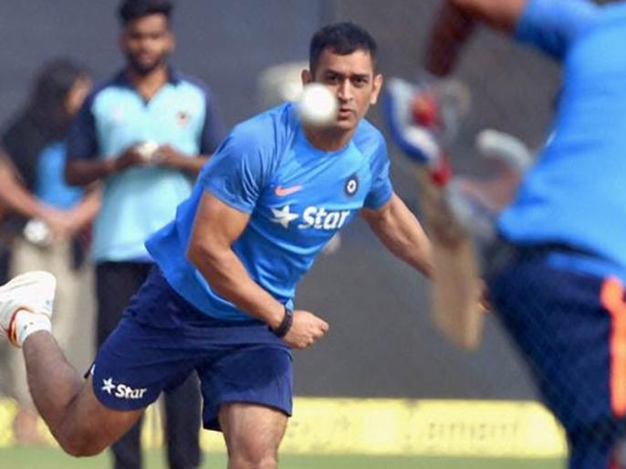 India vs South Africa: MS Dhoni Turns Leg-Spinner Ahead Of 5th ODI | Video: विकेटकीपिंग छोड़ अब ये करने लगे धोनी, क्या इस रोल में आएंगे नजर