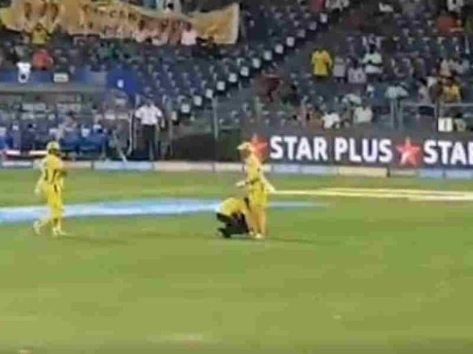 IPL 2018: A fan touches MS Dhoni's Feet during CSK vs RR match, Video goes viral   IPL 2018: बैटिंग के लिए जा रहे थे धोनी, रास्ते में फैन ने छू लिए पैर, वीडियो वायरल