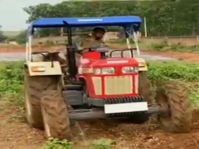 MS Dhoni tries his hand in organic farming at his Ranchi farmhouse, Video goes viral | एमएस धोनी ने जैविक खेती में आजमाया हाथ, अपने रांची फार्महाउस में ट्रैक्टर चलाते आए नजर, वीडियो वायरल