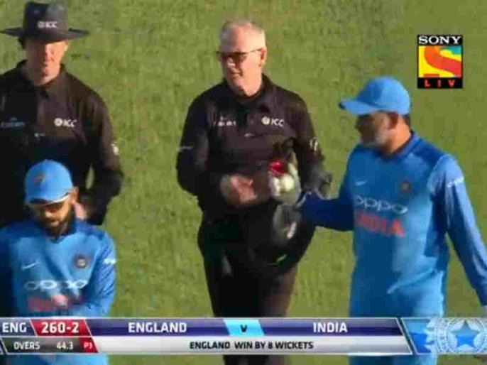 India vs England: MS Dhoni collects ball from umpires after 3rd ODI, starts retirement speculation | तीसरे वनडे में भारत की हार के बाद धोनी ने किया कुछ ऐसा, शुरू हो गई उनके संन्यास की चर्चा