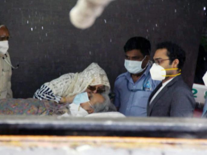 Dilip Kumar discharged from hospital Saira Banu was seen kissing to actor on stretcher | दिलीप कुमार को अस्पताल से मिली छुट्टी, स्ट्रैचर पर चूमती नजर आईं सायरा बानो