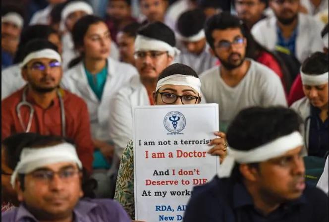 Bengal Doctors' Strike: kin of deceased explain the whole backdrop story of violence | West Bengal Doctors' Strike: एनआरएस अस्पताल में बुजुर्ग की मौत और हिंसा शुरू होने की पूरी कहानी