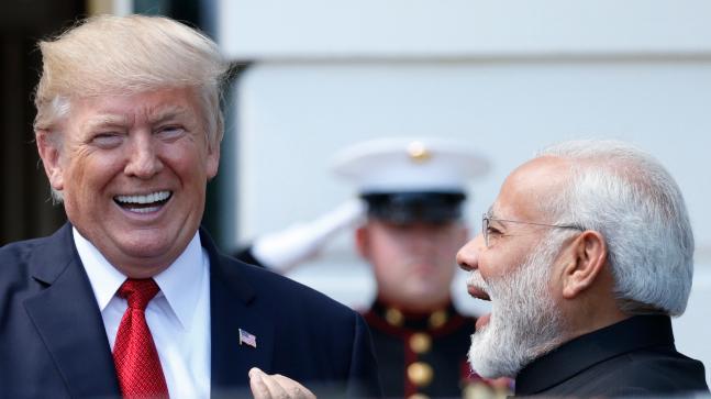Donald Trump visits Gujarat, first walls built to hide slums, now 45 families notice to leave home | डोनाल्ड ट्रंप का गुजरात दौरा, पहले झुग्गियों को छिपाने के लिए बनी दीवार , अब 45 परिवारों को घर छोड़ने की नोटिस