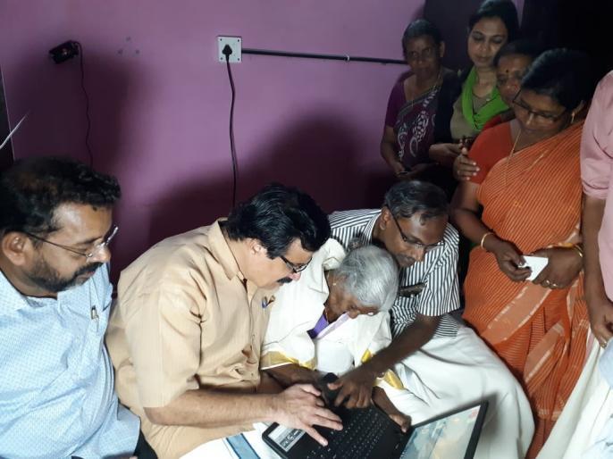 Kerala: 96-year-old Karthiyani Amma from Alappuzha who had recently topped 'Aksharalaksham' literacy programme with 98 marks, was gifted a laptop by education minister | केरल: साक्षरता परीक्षा में अव्वल आने वाली 96 साल की अम्मा को मिला लैपटॉप, 100 में 98 अंक लाकर बनीं थी टॉपर
