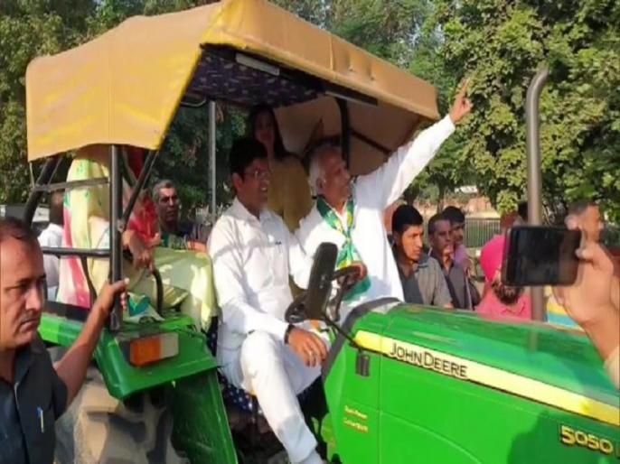 Haryana Assembly Polls 2019: Dushyant Chautala and his family arrive on a tractor to cast their votes in Sirsa | हरियाणा चुनाव: दुष्यंत चौटाला ने अनोखे अंदाज में किया मतदान, परिवार संग ट्रैक्टर से वोट डालने पहुंचे