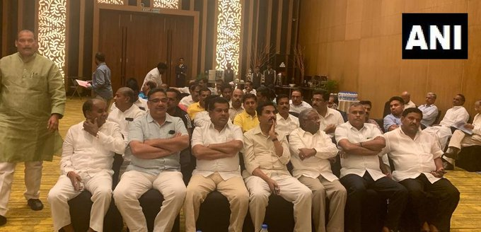 Congress Party meeting at Taj Vivanta in Bengaluru Floor test in Karnataka Assembly to be tomorrow | कर्नाटक सियासी संकट: कल के फ्लोर टेस्ट की तैयारी में जुटी कांग्रेस, ताज होटल में विधायक दल की हुई बैठक