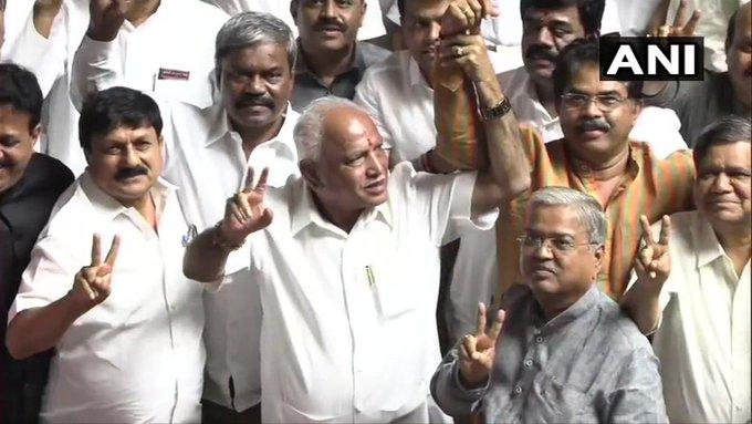 BS Yeddyurappa & other Karnataka BJP MLAs show victory sign in the Assembly, after HD Kumaraswamy led Congress-JD(S) coalition government loses trust vote. | अब कर्नाटक में भी भाजपा सरकार, येदियुरप्पा के राज्य के नए मुख्यमंत्री बनने की संभावना!