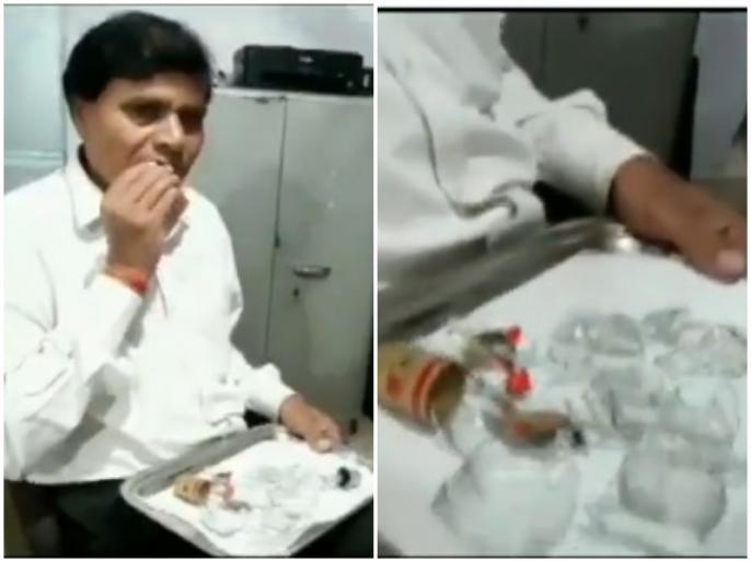 Madhya Pradesh lawyer eating glass since last 40-45 see video here | 40-45 सालों से कांच खा रहा है ये शख्स, पेशे से हैं वकील, यकीन नहीं है तो देखिये इनका वीडियो