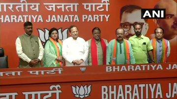 Delhi: TMC MLA Sovan Chatterjee joins Bharatiya Janata Party in presence of BJP leader Mukul Roy, at party headquarters. | ममता बनर्जी को झटका,कोलकाता के पूर्व मेयर और TMC MLAसोवन चटर्जीभाजपा में, अब तक 8 विधायक शामिल हुए