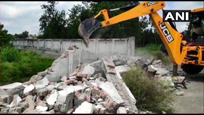 MP Azam Khan in trouble, administration at bulldozers at Humsafar Resort | मुश्किल में सांसद आजम खान, हमसफर रिजॉर्ट पर प्रशासन ने जेसीबी और बुलडोजर चलवाया
