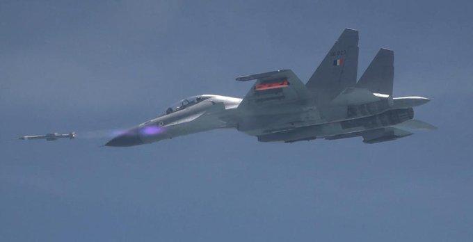 Weapon missile to fly 70 KM from enemy aircraft, air-to-air capability | DRDO ने कियाअस्त्र मिसाइल का परीक्षण,हवा से हवा में मार करने की क्षमता,दुश्मन विमान को 70 KM दूर से उड़ा देगी