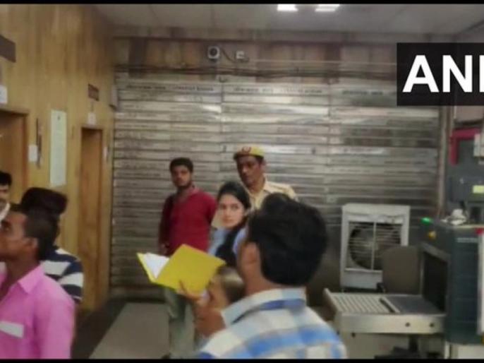 Aishwarya daughter of Congress leader DK Shivakumar arrives at the office of the Enforcement Directorate (ED) For money laundering case | ED ऑफिस पहुंची डीके शिवकुमार की बेटी ऐश्वर्या, मनी लॉन्ड्रिंग मामले में अरेस्ट हुए हैं कांग्रेस के संकटमोचक