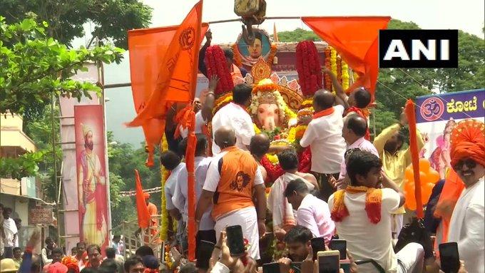 Immerse the Ganesha idols with shouts of 'Ganapati Bappa Morya, next year you hurry up' | 'गणपति बप्पा मोरया, अगले बरस तू जल्दी आ' के जयकारों के साथगणेश प्रतिमाओं को विसर्जित किया