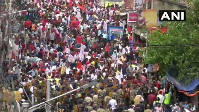 Red march against CM Mamta against employment, clash between police and Left Front workers in Bengal, many injured   रोजगार के खिलाफ सीएम ममता के खिलाफ वाममोर्चा का मार्च, कार्यकर्ताओं ने पुलिस पर पथराव किया, पुलिस ने आंसू गैस के गोले दागे