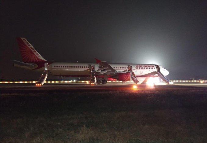 Emergency landing of Air India aircraft from Bhubaneswar to Mumbai in Raipur, passenger safe, engine shutdown case | इंजन फेल, यात्री सुरक्षित,भुवनेश्वर से मुंबई से जा रहे एयर इंडिया के विमान की रायपुर में इमरजेंसी लैंडिंग