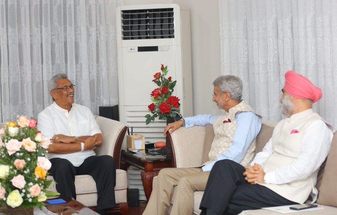 External Affairs Minister Jaishankar arrives in Sri Lanka, will meet new President Gotabaya Rajapaksa, accepts invitation to visit India | श्रीलंका पहुंचेविदेश मंत्री जयशंकर,नएराष्ट्रपति गोटबाया राजपक्षे से मिले, भारत आने काआमंत्रण स्वीकार किया