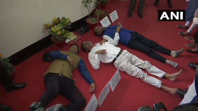 Uproar over NRC in Assam assembly, Congress MLA Sherman Ali suspended, marshals pulled out | असम विधानसभा में NRC पर हंगामा,कांग्रेस विधायक शेरमन अलीनिलंबित, मार्शलों ने बाहर निकाला