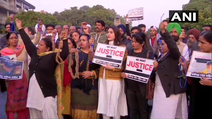 Hyderabad case: Angry across the country, people said: hang the four, the law should be strict   हैदराबाद मामलाः देश भर में गुस्सा, लोगों ने कहाः चारों को फांसी दो, सख्त हो कानून