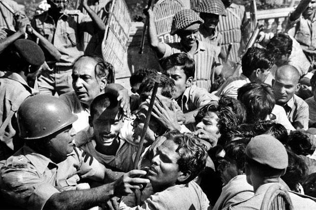 Emergency 1975 facts and it elaboration indira gandhi bjp mj akbar | आपातकाल को सुविधाजनक रंगों में मत रंगिए, इतिहास को अलग नजरिये से भी देखिए