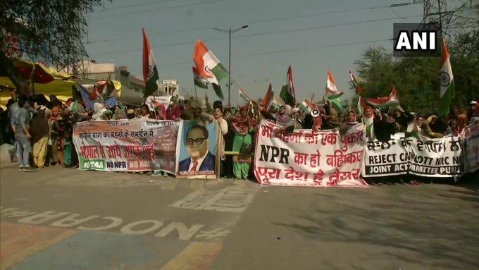 Delhi: Protesters begin march from Shaheen Bagh towards Home Minister Amit Shah's residence | गृह मंत्री अमित शाह के आवास की तरफ बढ़े शाहीन बाग के हजारों प्रदर्शनकारी, भारी सुरक्षा बल तैनात