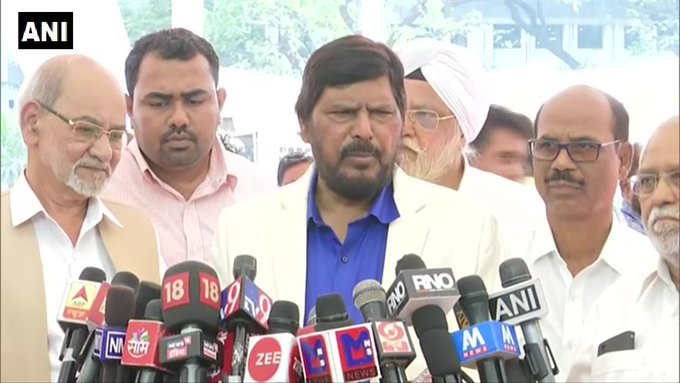 Delhi violence: Ramdas Athawale said, Congress and AAP responsible, inciting Muslim people against CAA | दिल्ली हिंसाःरामदास अठावले बोले, कांग्रेस और आप का हाथ,CAA के खिलाफमुस्लिम लोगों को भड़काया