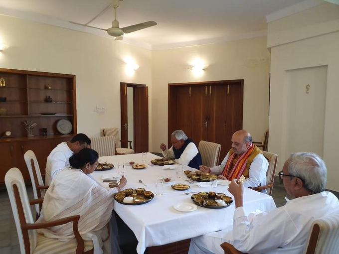 Odisha CM Naveen Patnaik hosted a lunch for Union Home Minister Amit Shah CM Mamata Banerjee other   एक-दूसरे के कटु आलोचकअमित शाह और ममता बनर्जीजब खाने की टेबल पर आमने-सामने बैठे