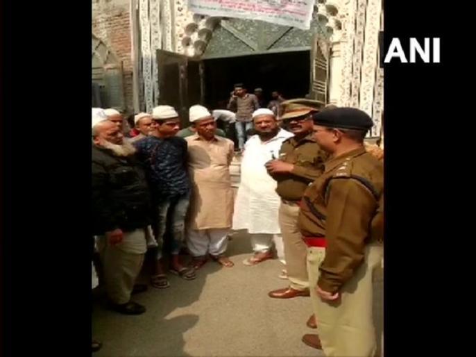 Police officers meet clerics of different mosques of Kardam Puri and Kabir Nagar areas of #NortheastDelhi | दिल्ली हिंसाःमस्जिदों के इमामों से मिल रही है पुलिस,NSA डोभाल ने कहा था-मैं आपको वचन देता हूं...