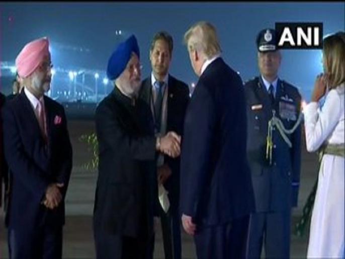 Donald Trump visit to india live news update, today news headlines in hindi hindi breaking news   Donald Trump India Visit: पत्नी मेलानिया के साथ दिल्ली पहुंचे अमेरिकी राष्ट्रपति डोनाल्ड ट्रंप, केंद्रीय मंत्री ने की अगुवाई