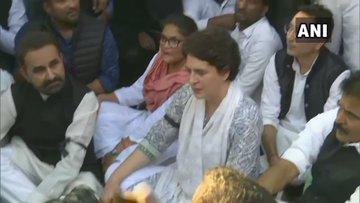 Delhi violence: Priyanka Gandhi Vadra said in peace march, we were going to the home minister's house, Amit Shah resigns, the police stopped us | दिल्ली हिंसाःप्रियंका गांधी ने अमित शाह से मांगा इस्तीफा, गृह मंत्री के घर जा रहे थे, पुलिस ने हमें रोका
