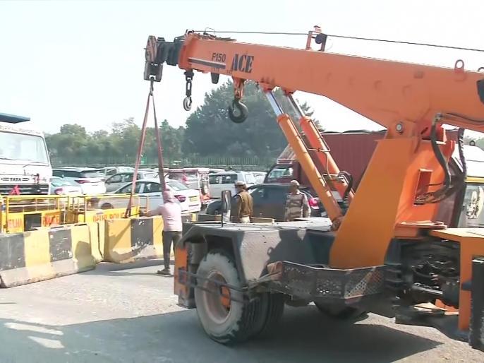 Farmer Demonstration Concrete blockers placed on Delhi-Ghaziabad border | किसान प्रदर्शन : दिल्ली-गाजियाबाद सीमा पर कंक्रीट के अवरोधक लगाए गए