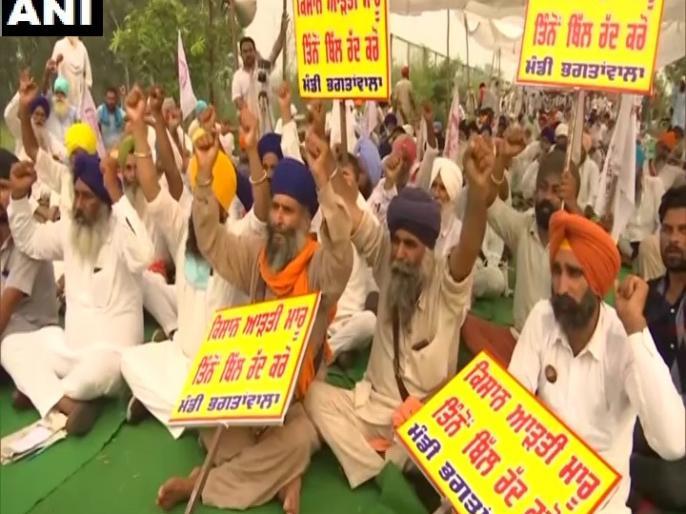 Farmers block road warns MPs of Agricultural Bill to stop entering village | किसानों ने सड़क जाम की, कृषि विधेयक के समर्थक सांसदों को गांव में घुसने से रोकने की चेतावनी