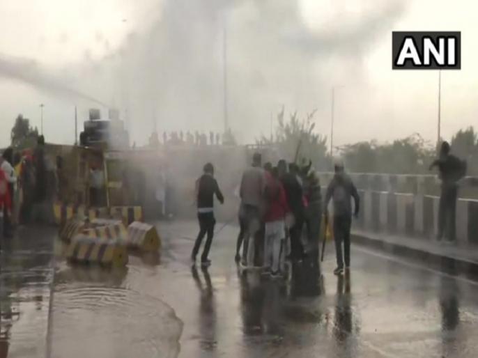 Exposing sticks to farmers and showering water is proof of government's dictatorship: Congress | किसानों के आंदोलन के खिलाफ सख्ती पर कांग्रेस ने कहा- 'लाठी भांजना और पानी की बौछार मारना सरकार की तानशाही का प्रमाण'