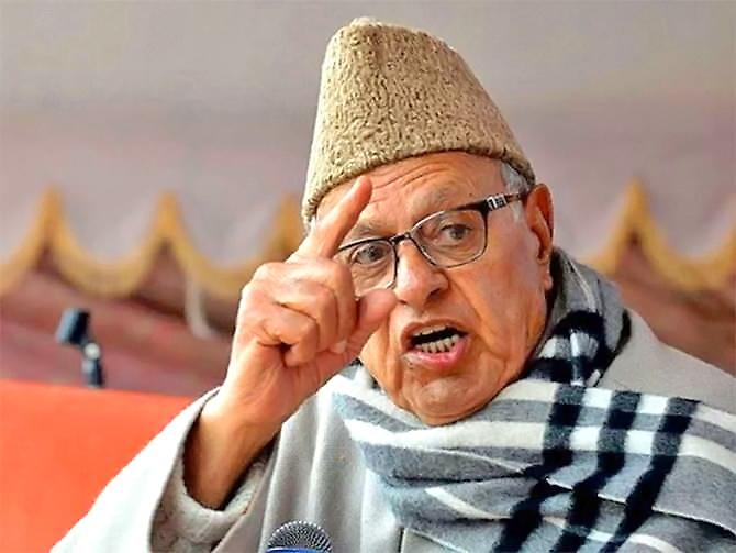Kashmir Former CM Farooq Abdullah again under house arrest stopped offer Namaz Hazratbal dargah | कश्मीर केपूर्व सीएम फारूक अब्दुल्ला फिर से नजरबंद,हजरतबल दरगाह जाकर नमाज पढ़ने से रोका,बवाल