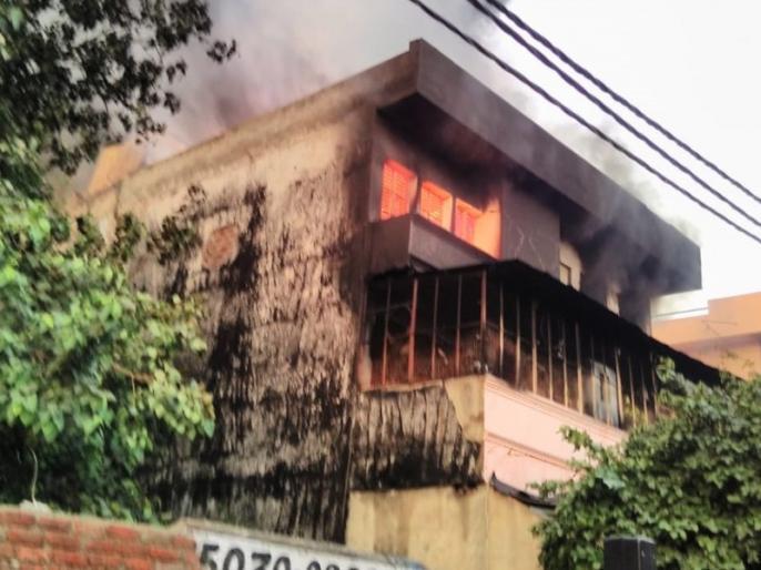 Fire breaks out in a factory in Udyog Nagar Delhi, 30 fire tenders at the spot | दिल्ली: उद्योग नगर के जूतों की फैक्ट्री में लगी भीषण आग, मौके पर पहुंची दमकल की 30 गाड़ियां