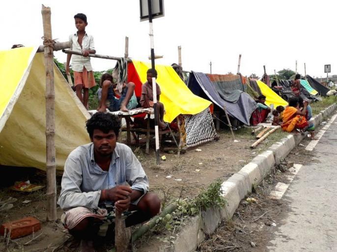 Bihar flood: about 70 lakh population facing flood tragedy, families and animals are forced to live under the same tent | बिहार में कोरोनाकाल में सोशल डिस्टेंसिंग की बात है बेमानी: बाढ़ की त्रासदी झेल रही करीब 70 लाख की आबादी, एक ही तंबू के नीचे परिवार और जानवर हैं रहने को विवश