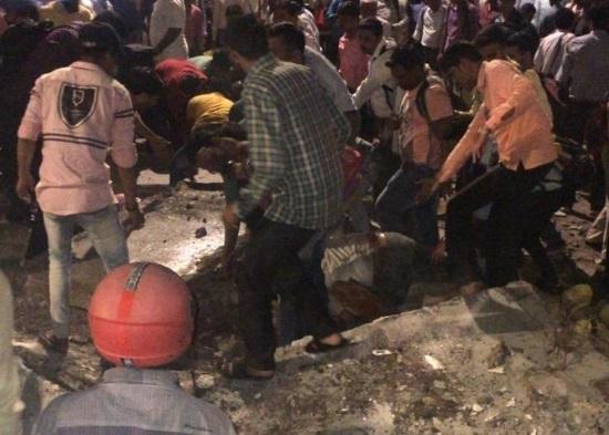 mumbai Chhatrapati Shivaji Maharaj Terminus (CSMT) railway foot over bridge collapse breaking news | मुंबई छत्रपति शिवाजी महाराज टर्मिनस के पास फुटओवर ब्रिज गिरा, 3 की मौत, 34 घायल