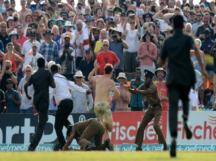 sri lanka vs england galle test when a Streaker enters in ground watch video | गॉल टेस्ट में इंग्लैंड की जीत के बाद दिखा अजीबोगरीब नजारा, फैन ने कपड़े उतारकर मैदान में लगाई दौड़