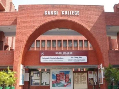 Gargi College Molestation: Hundreds of students march in DU, shout 'Azadi' and 'Inquilab Zindabad' | गार्गी कॉलेज छेड़छाड़ःडीयू में सैकड़ों विद्यार्थियों ने किया मार्च,'आजादी' और 'इंकलाब जिंदाबाद' के नारे लगाए