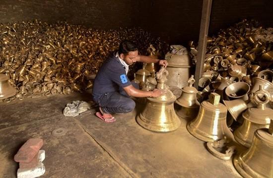 Hindu, Muslim artisans of Jalesar prepare 2.1 tons for Ram temple   राम मंदिर के लिए जलेसर के हिंदू व मुस्लिम कारीगरों ने 2.1 टन का घंटा किया तैयार