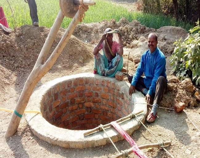 husband love deeper than wifecouplestory well dug at home in 15 dayspain gunamadhya pradesh   पत्नी की तकलीफ देखी नहीं गई तो घर पर 15 दिनों में खोद दिया कुआं, जानिए इनके बारे में