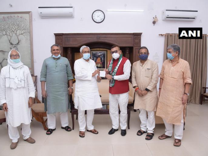 Bihar: Former DGP Gupteshwar Pandey, CM Nitish got membership in JDU | बिहार: जदयू में शामिल हुए पूर्व डीजीपी गुप्तेश्वर पांडेय, सीएम नीतीश ने दिलाई सदस्यता